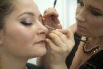 wykonywanie makijażu na modelce